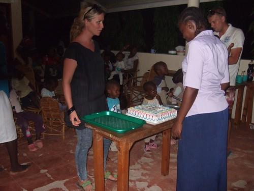Monika & Dan cutting the cake