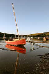 outgoing ([DEVONshots.com] Lloyd W.A. Cosway) Tags: light red portrait seaweed southwest reflection reflections river boats boat nikon warm postcard tide craft rope estuary devon mast tied bouy riverbank sailingboat tether d300 southhams sidelight tiday southdevon distanthills devonshots lloydcosway