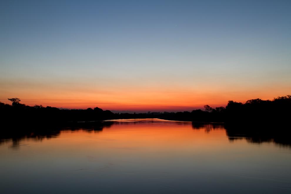 La hora mágica, minutos después de que el sol se oculta en el horizonte, reduciendo la intensidad de la luz que llega desde el cielo de manera indirecta, creando una mayor cantidad de tonalidad azul, por lo cual la luz del sol aparece más rojiza creando espectaculares tonalidades. (Tetsu Espósito)