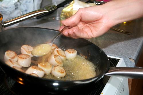 Kamskjellene stekes i godt med smør, som øses over.