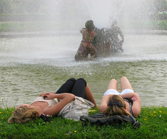 Relaxing (Colorado Sands) Tags: ladies girls people france french women frankreich europa europe european relaxing frana versailles chicas resting frankrijk females fountains francia femmes frankrig waterfountains wanita fontaines kvinder sandraleidholdt leidholdt