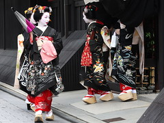 Hassaku (Teruhide Tomori) Tags: japan kyoto traditional event maiko geiko parasol 京都 日本 祇園 kimono gion 着物 higashiyama hanamachi 芸妓 舞妓 花街 hassaku 八朔 mameyuri mamemaru ぽっこり