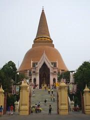 Nakhon Pathom, Wat Phra Pathom Chedi (Stewie1980) Tags: thailand temple stupa finepix fujifilm wat phra chedi nakhon pathom a700   fujifilmfinepixa700
