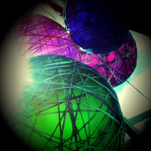 Wrap #yarn soaked in glue around #balloons, dry, pop #balloon and voila. #Lamp shade!