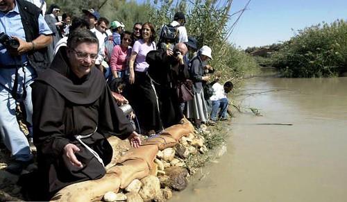 Franciscanos y peregrinos católicos a orillas del Jordan en Qasr Al-Yahud