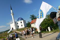 Leaving Jošanica (MyBukit) Tags: march war peace minaret flag bosnia muslim mosque civil column 1995 mira hercegovina balkan republika bosna 2011 potočari srpska džamija marš jošanica bleskově nezuk