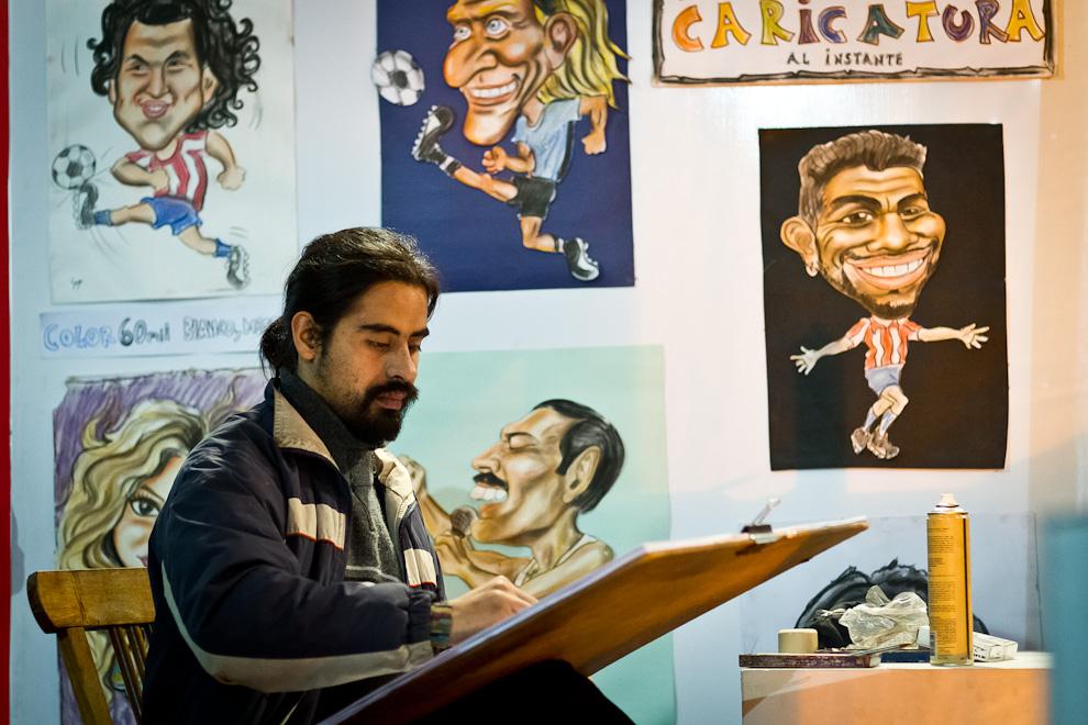 Atracciones como ésta podían verse en el predio de la Expo, un artista realiza un retrato tipo caricatura a un visitante en horas de la noche. (Tetsu Espósito)