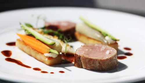 Kalv (ytrefilet) med sjalottløk- og sellerirotpuré, syltede gulrøtter og asparges