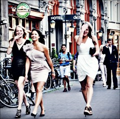 Giggly girls (Frank van de Loo) Tags: girls summer woman holland netherlands amsterdam port heineken hotel donna mujer die estate sommer femme nederland thenetherlands zomer verano vero streetphoto van frau stiletto stilettoheels t paysbas vrouw fru noordholland niederlande streetshot esposa moglie hollande femal cleve giggly nieuwezijdsvoorburgwal dieniederlande hollanda stilettoheel talonaiguille streetpicture streetpic gigglygirls taccoaspillo naaldhak naaldhakken tacndeaguja dsc2407 hustru saltoagulha stckelabsatz hoteldieportvancleve