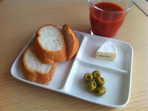 パンとチーズとアンチョビのスタッフドオリーブ