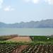 Plantações e lago aos pés do vulcão
