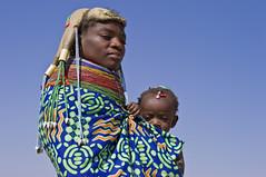 Muhuila on the market near Mucuma, Angola (Alfred Weidinger) Tags: leica woman tribal angora tribe huila angola tribu   muila leicas2 muhuila  suldeangola mumuhuila mwila  muwila southangola provinciahuila angeloadelsud angol  anqola langola mucuma