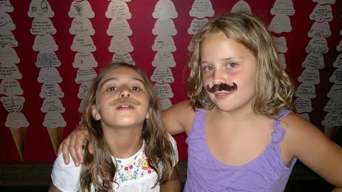 Elles ont gagne des moustaches.. by ngoldapple