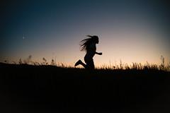 [フリー画像] 人物, 子供, 少女・女の子, 人と風景, ジョギング・ランニング, シルエット, 201107270700
