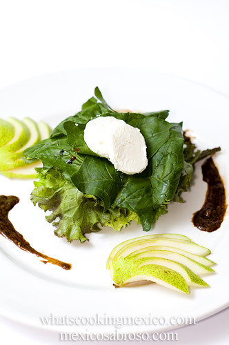 Pear, spinach and goat cheese salad