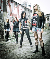 Nervosa (Leandro Pena) Tags: brazil portrait rock brasil banda promo women bresil photoshoot retrato sopaulo band heavymetal brasilien mulheres mujeres nervosa frauen divulgao 2011 thrashmetal girlsband karenramos fotosdedivulgao 28~80mm leandropena photoleandropena fotoleandropena fernandaterra rockgirlsband fernandalira prikaamaral wwwnervosacombr