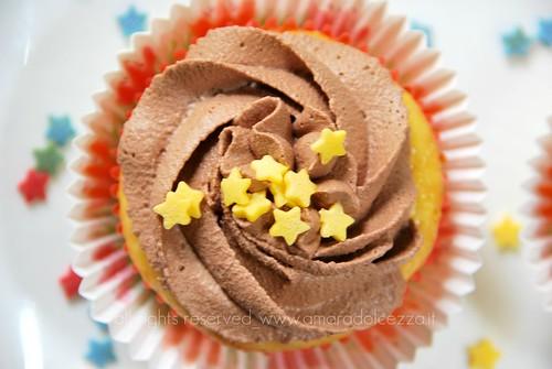 cupcake alla vaniglia con frosting fondente e cuore di panna