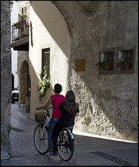 in due sotto l'arco (livia.com) Tags: italy luce spilimbergo friuli bicicletta portaorientale
