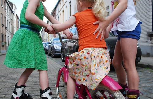 Pink Piglet met hulp van de zussen