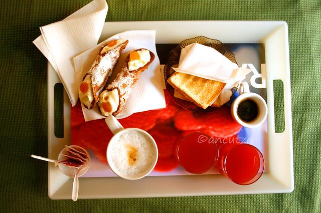 foto colazione siciliana con cannoli