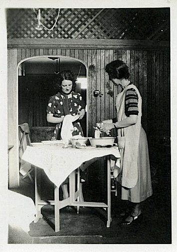 1930s Apron Sisters
