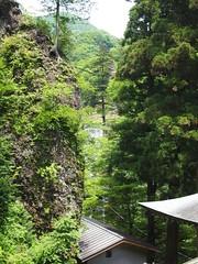 奥に大きい滝