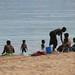 Familias inteiras se banham na agua doce do lago