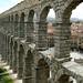 Aqueduto romano que passa no meio da cidade