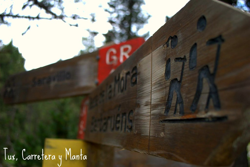Tux, Carretera y Manta - Cartel llegada Basa La Mora