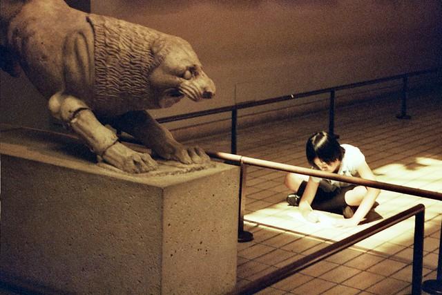 Nena dibuixant al British Museum