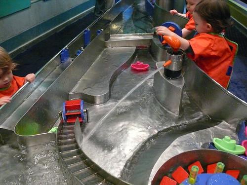Aller au musée et jouer avec l'eau