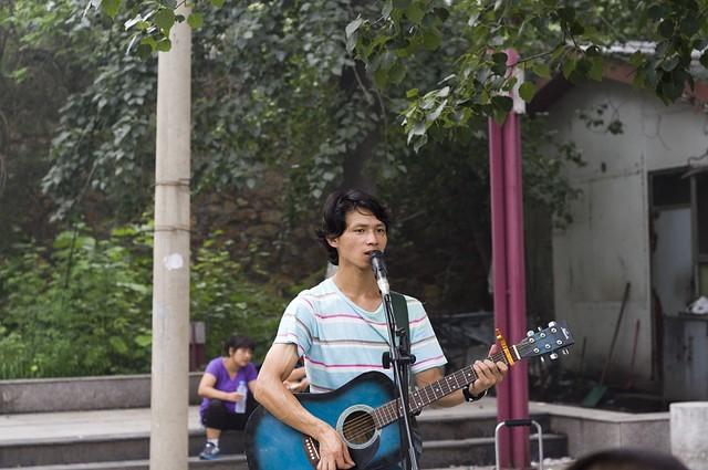颐和园门口唱老男孩的歌手