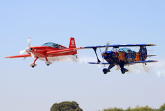 Pitts e extra (Zemikel) Tags: red 300 extra burros aerobatics pitts mogadouro