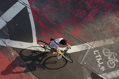 Stefan Hchst (It's Stefan) Tags: street red urban man guy lines bike japan linhas tokyo geometry rad bicicleta bici areal gomtrie velo birdseyeview lignes  tokio bicicletta geometria japn vogelperspektive luftaufnahme birdeye lneas linien     vistadepajaro herrenrad vistadallalto    visopanormica enplonge  avistadocell     kubakgrn    stefanhoechst