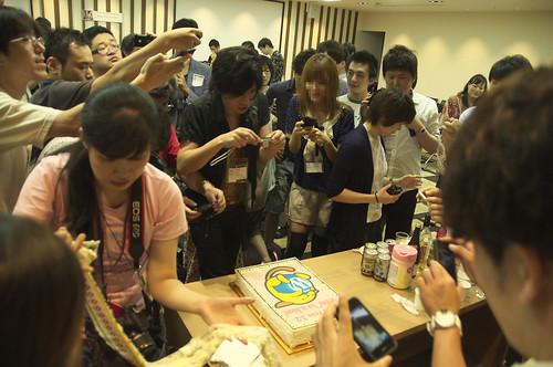 ケーキに群がる報道陣