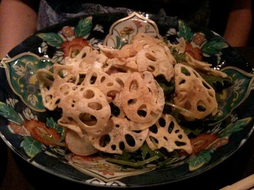 Lengué: Chips de lotus et salade de mizuna