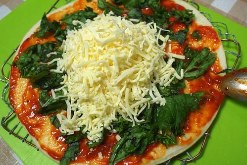 バジルの葉とチーズを乗せる