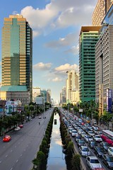 Sathorn Urban Canyon | Bangkok (I Prahin | www.southeastasia-images.com) Tags: road city building cars modern clouds skyscraper thailand canal traffic bangkok taxi canyon pollution urbana cbd citibank trafficjam themet brt bts rbs chongnongsi yannawa sathornnua southsathorn gettyimagessoutheastasiaq2 savedbythehotboxgroup naratiwatintersection northsathorn sathorntai sathorncitytower