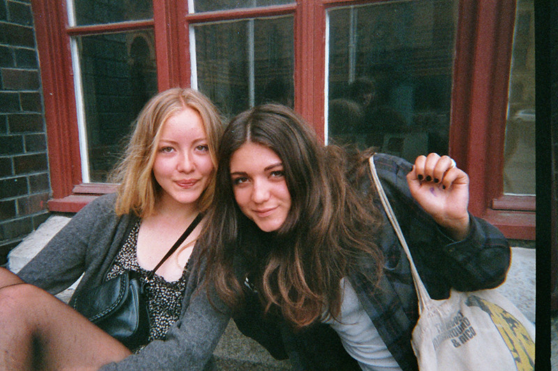 Bella och Nika utanför skolan