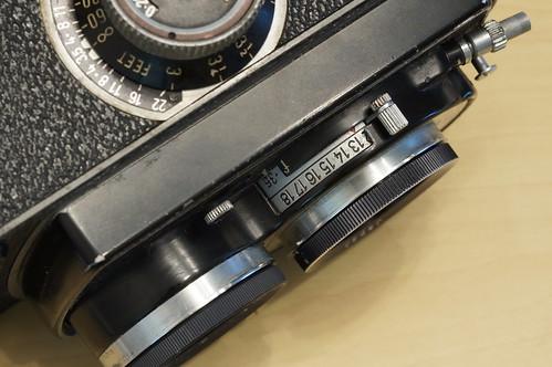 左面的是對焦環, 右面的則是光圈調節桿