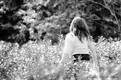 L'Automne de mes 11 ans (6) (Sous l'Oeil de Sylvie) Tags: portrait blackandwhite girl children heidi noiretblanc pentax bokeh champs enfant 11ans bleuets verger mydaughter enfance k7 jeunefille grandir mafille insousciance 55300mm vergeràtipaul sousloeildesylvie