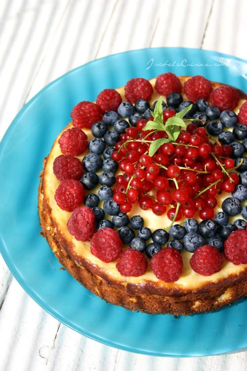 Cheesecake de vara cu zmeura, afine si coacaze rosii