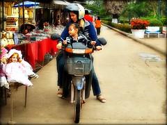 Laos - Febbraio 2011 (anton.it) Tags: shopping mamma moto laos mercato vientiane bimba bambola canong10 antonit virgiliocompany mygearandme ringexcellence