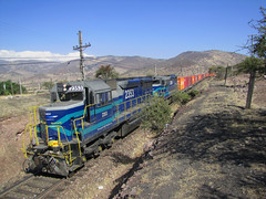 "Fepasa, Sector ""La Cumbre"". (DeutzHumslet) Tags: chile train m2 freight contenedores fepasa 2350 2353 cargueros nortino sd39 sdlocomotive"