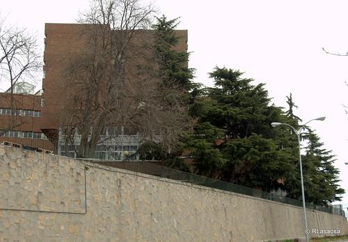 Bajada desde la Avenida de Pío XII al barrio de Echavacóiz. A la izquierda, edificios del Campus de la Universidad de Navarra.
