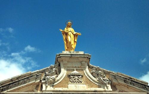 Estatua de Maria en la Fachada