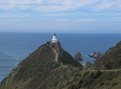 nugget point, catlins, uusi-seelanti (Pixmac_fi) Tags: islands panoramic cliffs hills summertime peaks catlins meri kes luonto ranta islets nuggetpoint ocan aurinko sininen piv summits ulkona panoraama kivet harmaa s rannikko merenranta valtameri auringonpaiste uusiseelanti horisontti kalliot vuodenajat pivnvalo vuoria topit rannikolla kivinen keycolors viewfromviewpoint ulkotiloissa yllnkym eikukaan nkkulmastakatsottuna