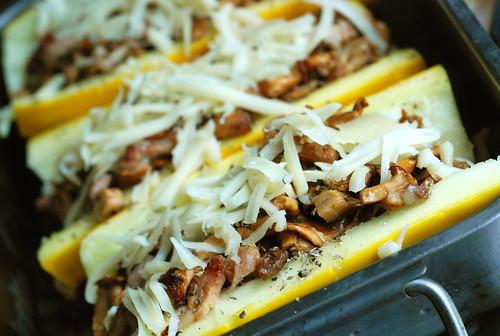 kukeseenetäidisega suvikõrvits enne ahjuminekut/filled zucchini going to oven
