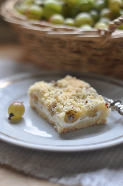 tikri-kohupiima purukook/crumble cake with gooseberries and curd cheese