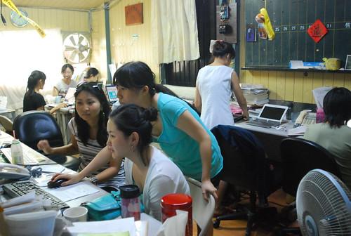 2009年某個夏日是資訊中心人口密度最高的一天,工作人員、實習生、志工等共10多人,擠在4坪不到的小房間,寫稿、討論,人聲鼎沸,其「熱」融融。